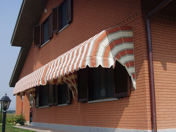 Tende da sole a capottina e per finestre sedi espositive for Disegno finestra con persiane